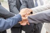 Úspěch obchodní koncepce týmové práce lidé spojení rukou město pozadí