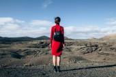 Fotografie Rückansicht des Reisenden Frau genießen einzigartige Vulkanlandschaften der Nationalpark Timanfaya, Lanzarote, Kanarische Insel. Reisen und Urlaub-Konzept