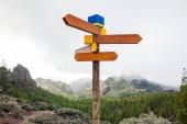 Fényképek Üres irányított útjelző a hegyek a háttérben. Választás fogalma. Úti cél