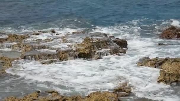 Hullámok ostromolják a sziklák, a tropical Beach