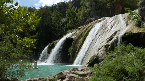 Stabilní boční pohled záběr Turner Falls na jasný den, se zvuky