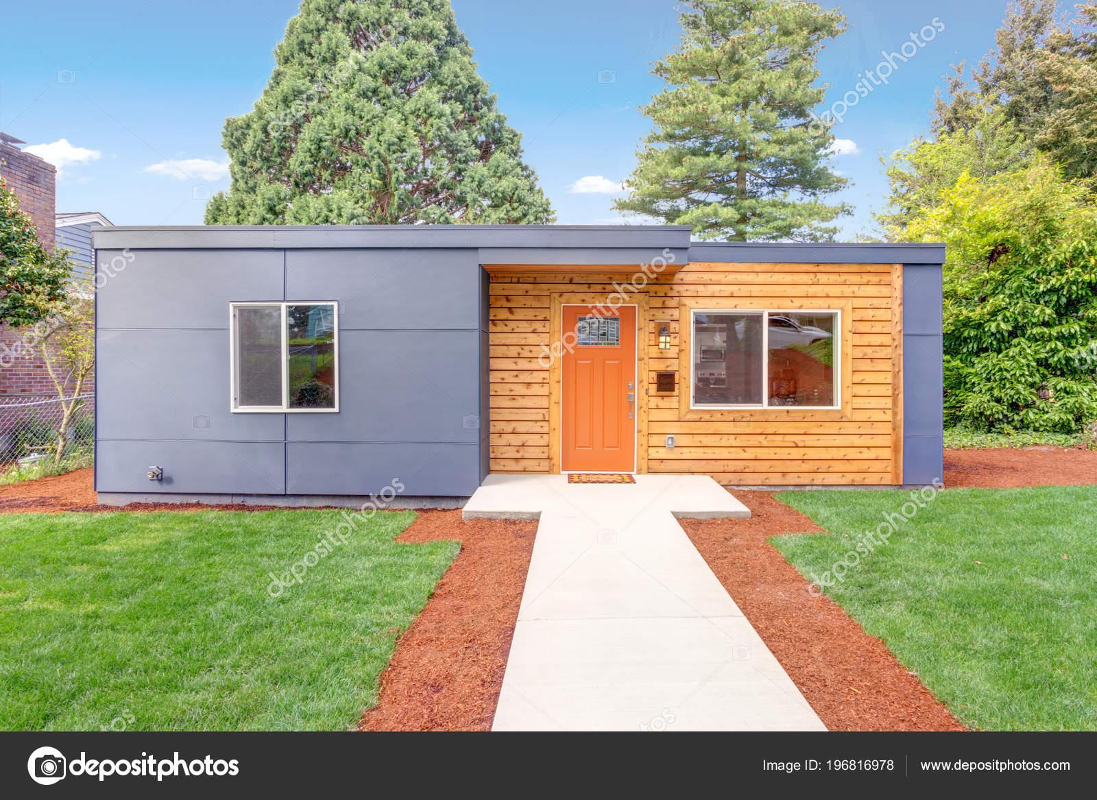Rivestimento Casa In Legno : Esterno della casa ben ristrutturata con rivestimenti legno u foto