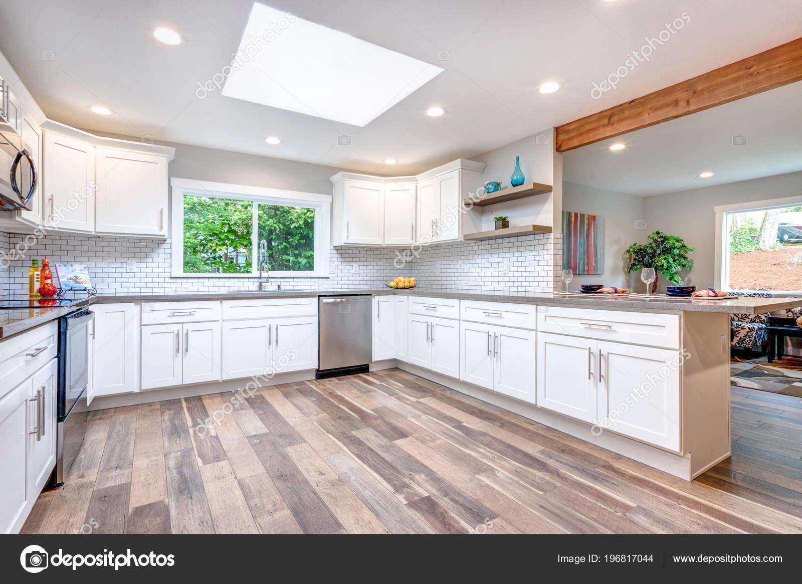 Keuken Met Dakraam : Open concept keuken met dakraam witte kasten hardhouten vloer