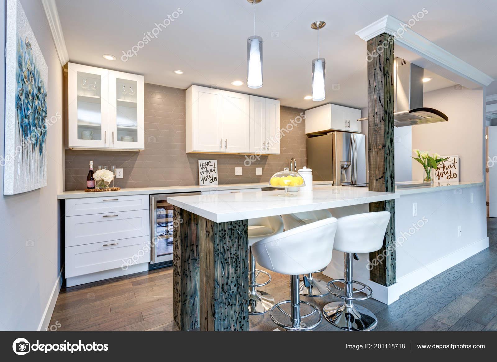 Keuken Witte Kleine : Witte kleine keuken met roestvrijstalen apparaten modern appartement