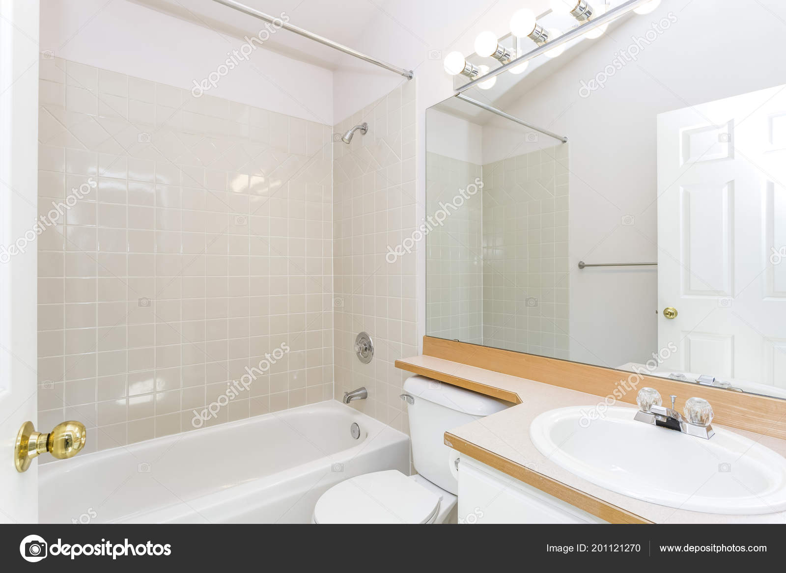 Gerenoveerde interieur van een witte badkamer met betegelde muur