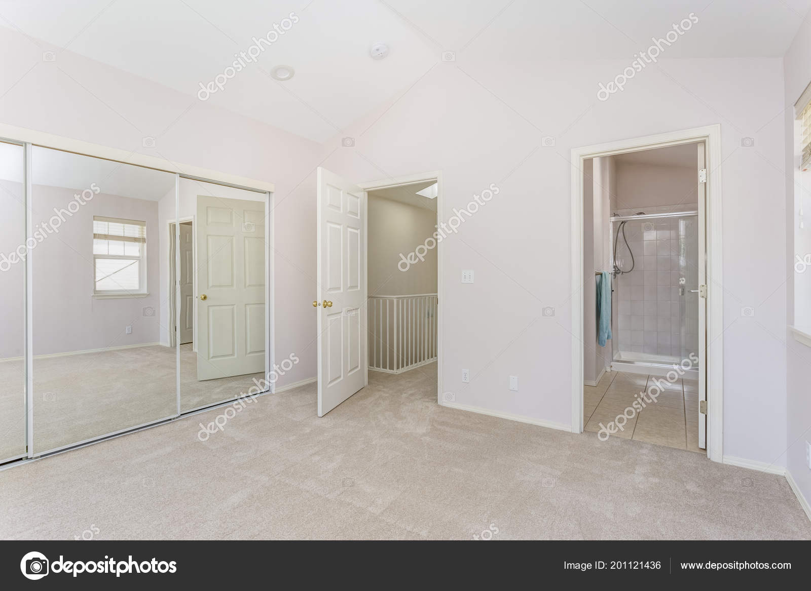 Lege licht gevulde slaapkamer met gewelfd plafond kast badkamer