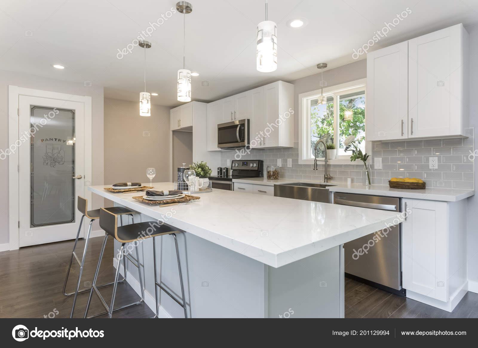 Keuken Plattegrond Open : Prachtige keuken met open concept plattegrond witte kasten enorme