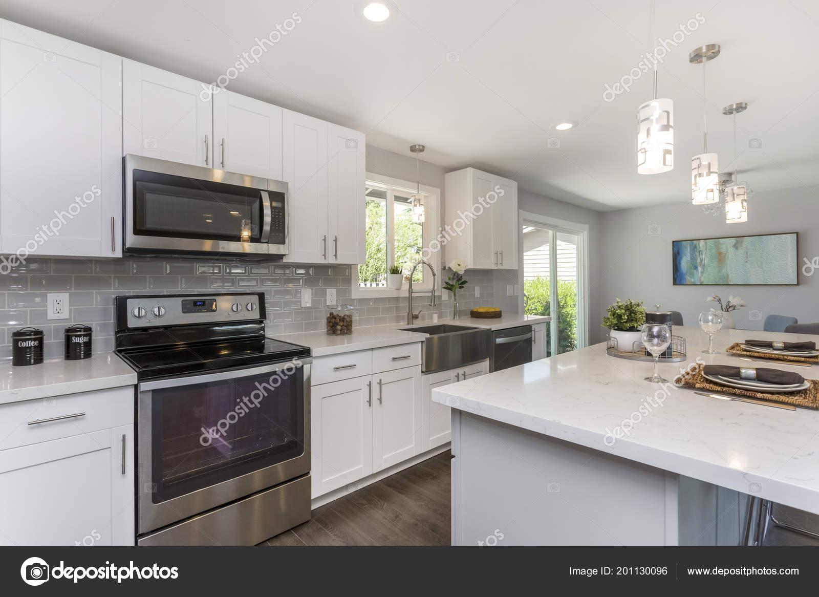 Prachtige keuken met open concept plattegrond witte kasten enorme