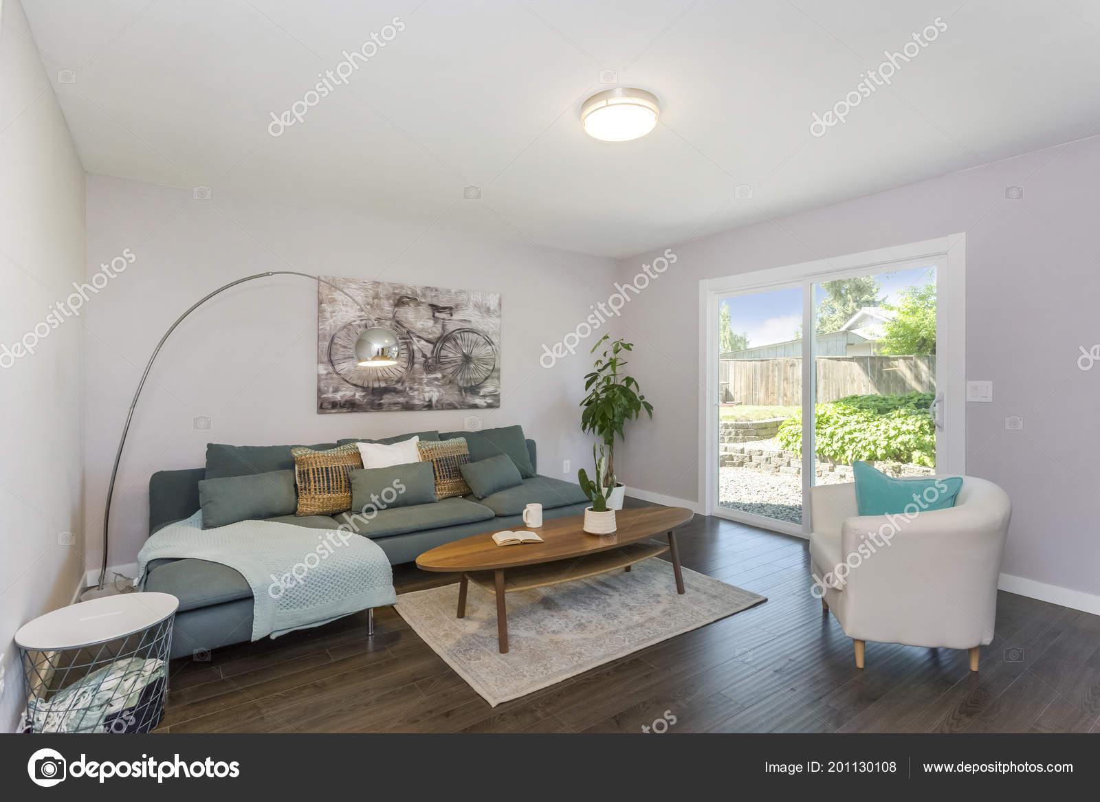 Soggiorno moderno con grandi porte vetro divano verde u foto stock