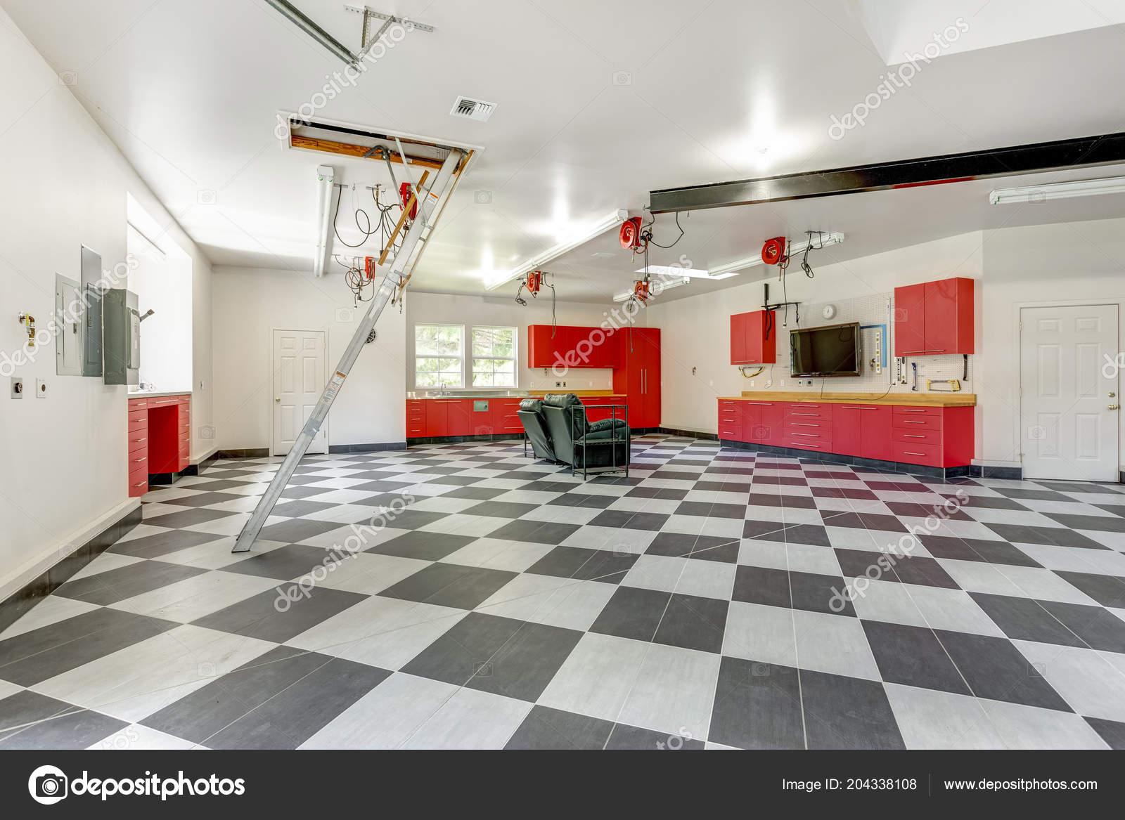 Pavimento Rosso E Bianco : Interno spazioso garage moderno con sistema archiviazione rosso