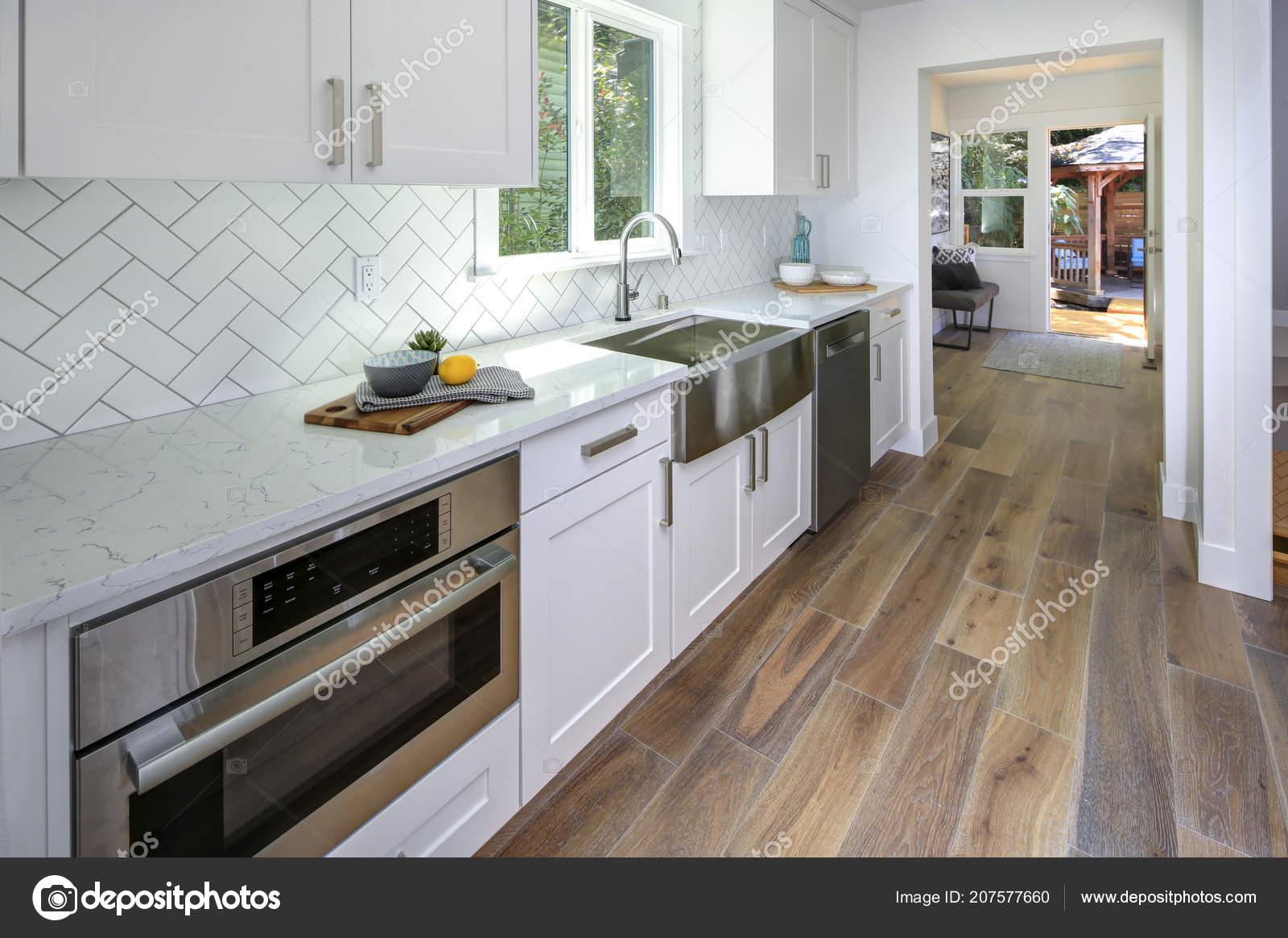 Gerenoveerd keuken met marmeren aanrecht puur witte kasten visgraat