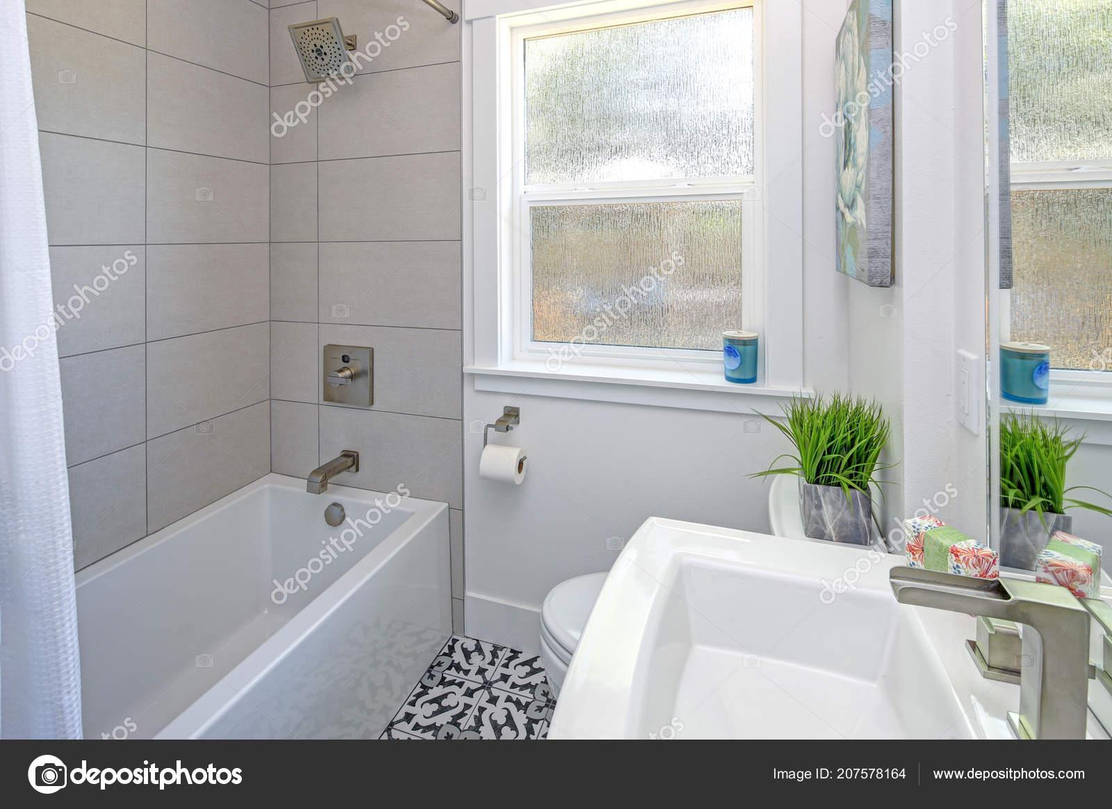 Compacte badkamer met bad douche combinatie voetstuk wastafel