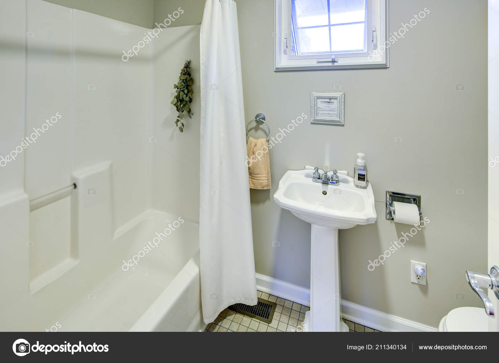Rustieke badkamer met witte sokkel wastafel betegelde vloer