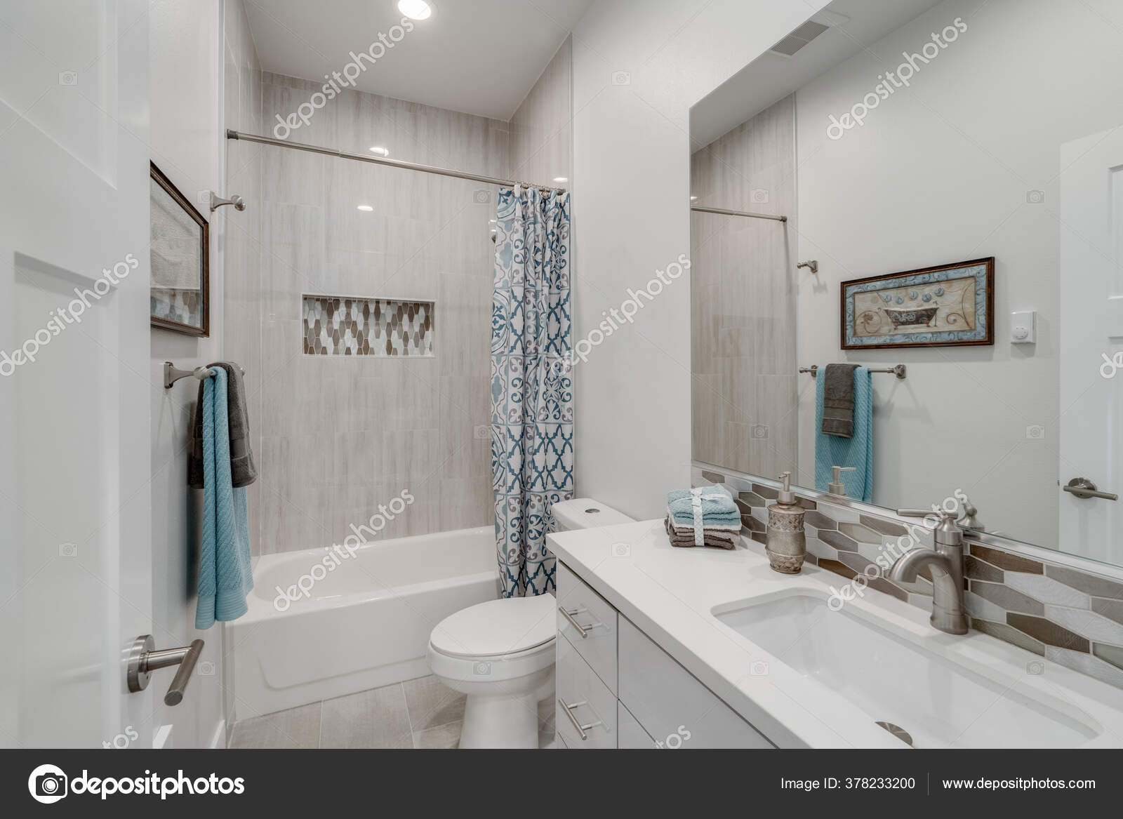 Banheiro Branco Com Backsplash Vaidade Emparelhado Com Nicho Azulejos Chuveiro Stock Photo C Alabn 378233200