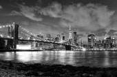 Fotografia New York City, distretto finanziario di lower Manhattan con ponte di Brooklin di notte, Stati Uniti dAmerica. BW