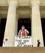 Washington, Dc - 01 červen 2018: Gale Mccray, 75-letý důchodce z Fort Worth, Tx, který si říká stařec s Sign. Gale s cedulí Přebít že chlapec Dont zákona právo. poblíž Lincolnův památník.