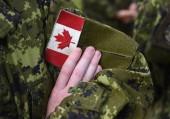Fotografie Kanada-Flagge auf dem Arm der Soldaten