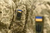 Fotografie ukrainische Flagge auf Armeeuniform. ukrainische Militäruniform. Ukrainische Truppen