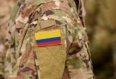 Die kolumbianische Flagge auf dem Arm der Soldaten. Republik der kolumbianischen Truppen (Collage)