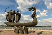 Kijev, Ukrajna - július 24, 2020: Monument to the founders of Kiev capital of Ukraine. Kyi, Shchek, Horyv és Lybid szobra, a kijevi Dnipro folyó partján lévő Kijev alapítói..