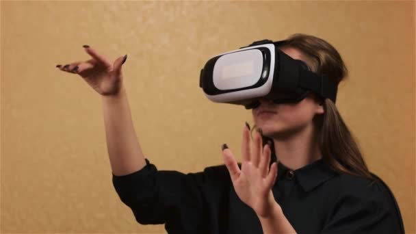 Krásná žena dotknout se něčeho pomocí moderní virtuální realita brýle