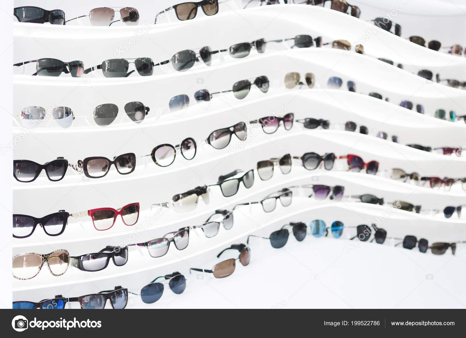 4a1e0df88e589 Expositor Óculos Consistindo Prateleiras Moda Óculos Mostrados Uma Parede  Loja — Fotografia de Stock