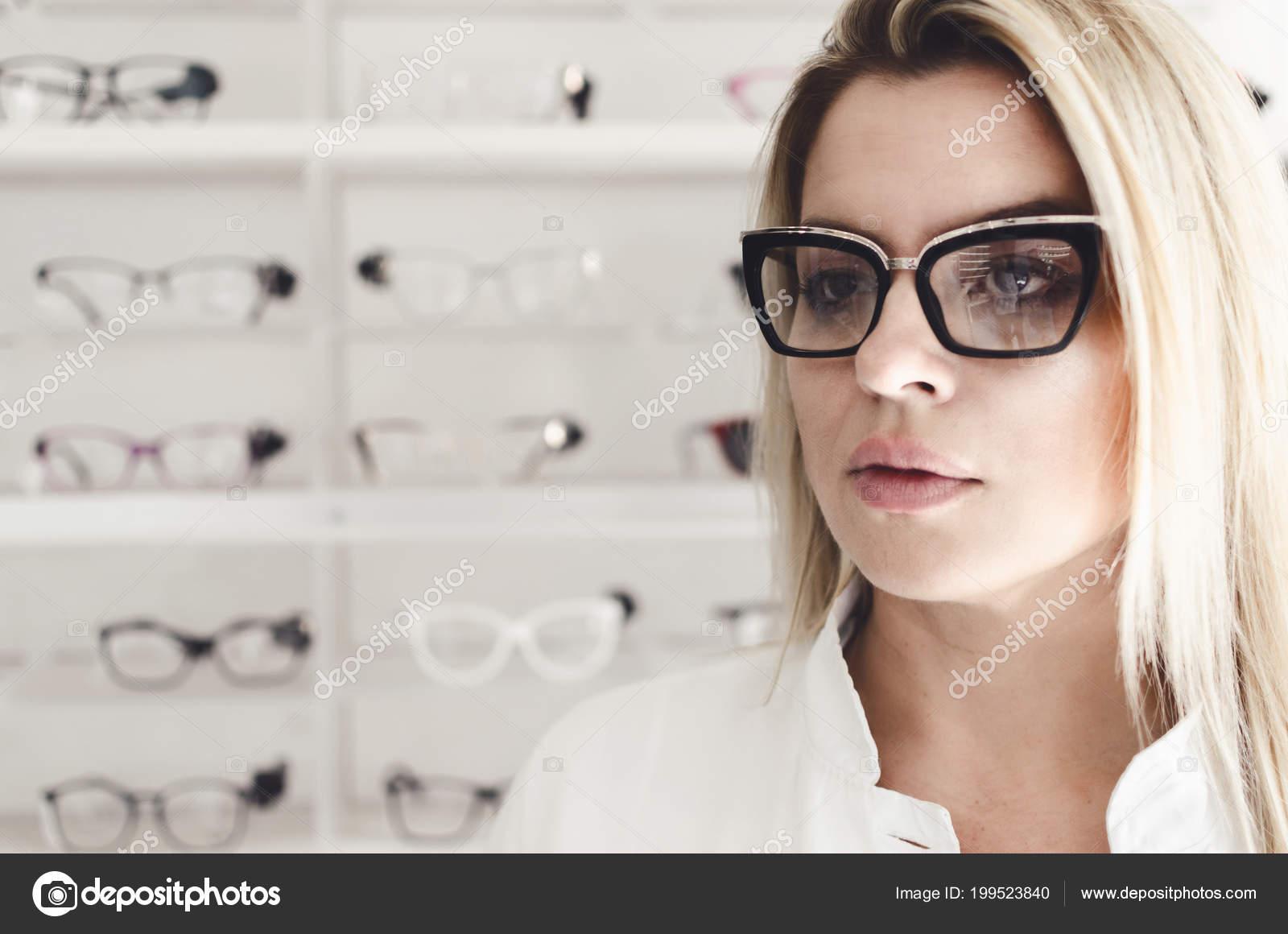 2cffde9848 Carismático Seguro Oculista Con Uniforme Blanco Mujer Lentes Moda Médico ...