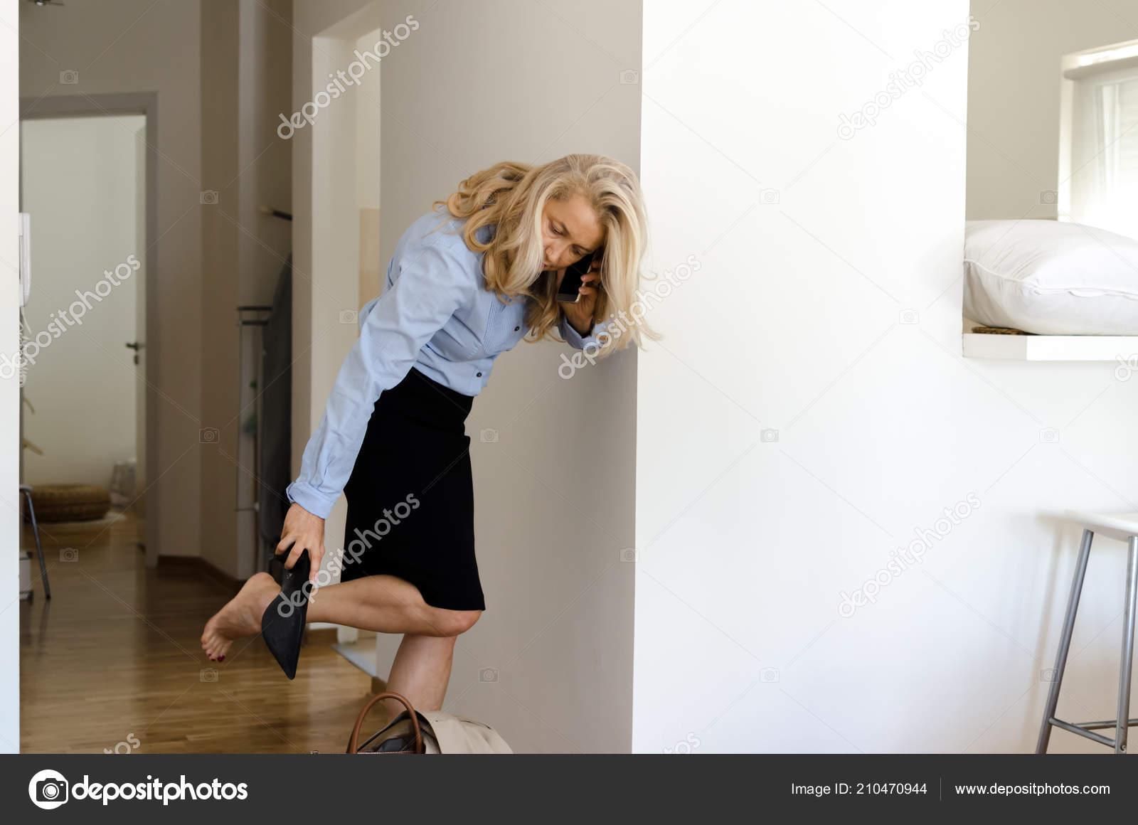 Del Zapatos Finalmente Casa Mujer Después Los Senior Quitándose ALj54R