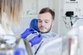 Close-up Portrait eines männlichen Patienten besuchen Zahnarztes für Zahnaufhellung in Klinik