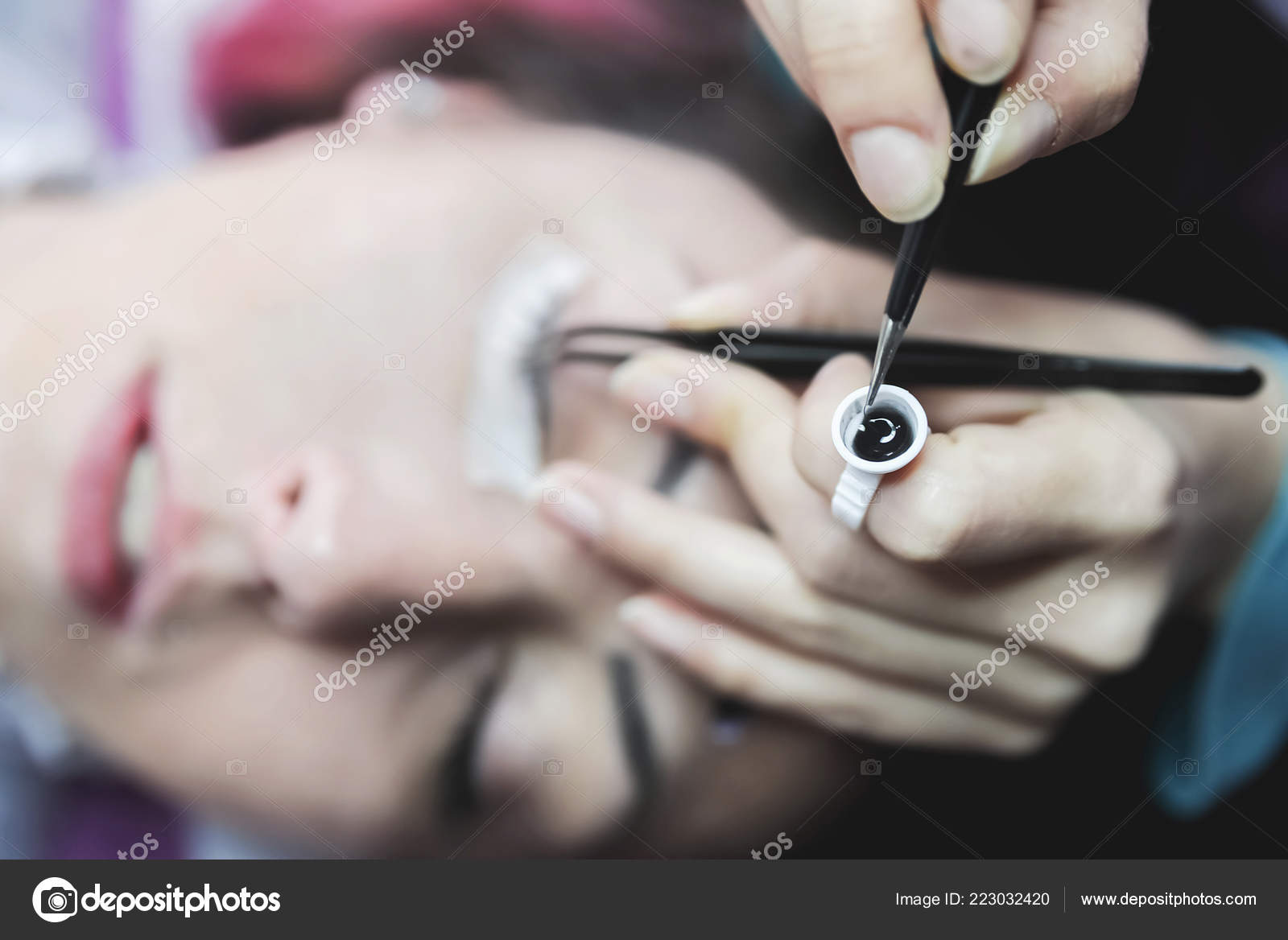 d56de9ad3bf Young Woman Putting False Lashes Beauty Salon — Stock Photo ...