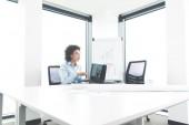 mladá podnikatelka, pracovat na notebooku v moderní kanceláři