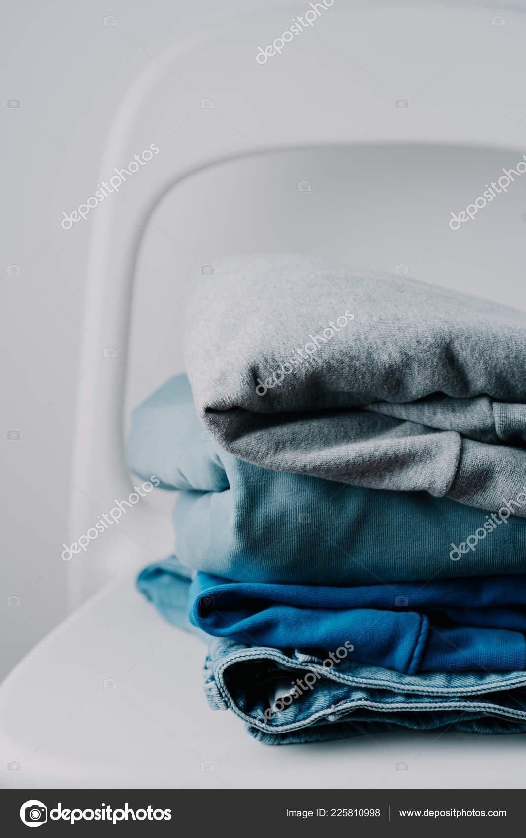 fcd012594c Paleta Colores Grises Azules Sobre Fondo Blanco Silla Minimalista Ropa —  Fotos de Stock