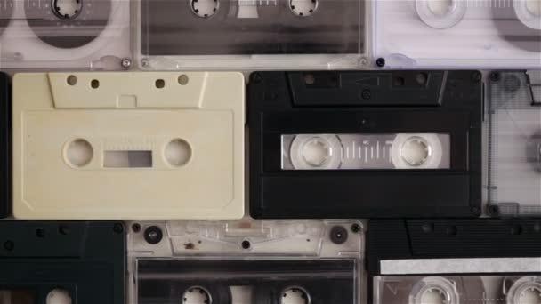 Retro music kompaktní kazety na stůl, kamera pomalu posuvné výše, shora dolů zobrazení
