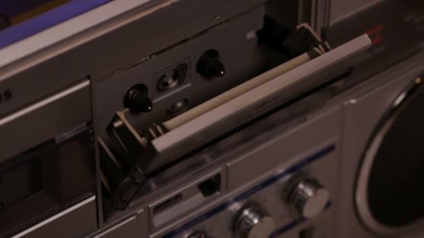Nő kezében egy kompakt zene kazetta a régi retro player - Vértes, a kamera helyezze fel