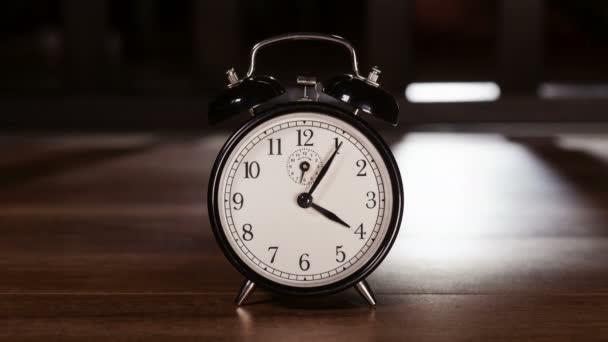 Čas předání konceptu s vintage hodiny ukazující rychle pohybující se ruce - světlo a stín hraje v pozadí, timelapse