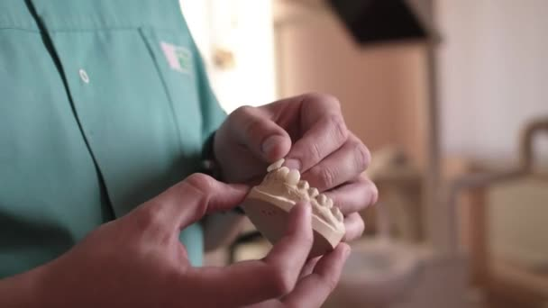 Tecnico dentista fa una mascella protesica