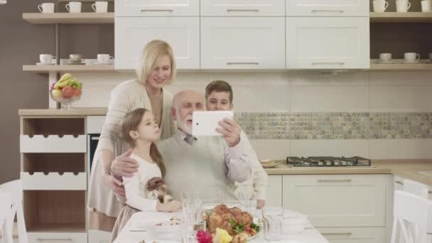 Domácnost využívá Tablet pro obrazovou komunikaci během rodinná večeře