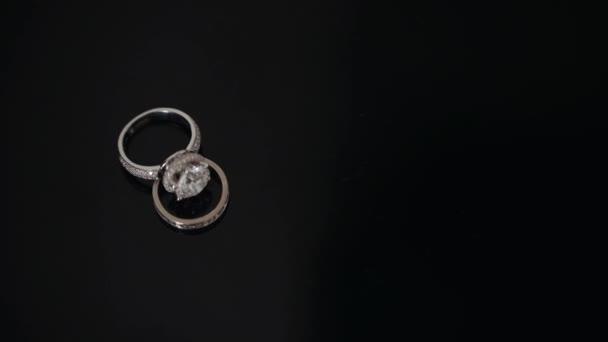 Složení dvou snubních prstenů u stolu.