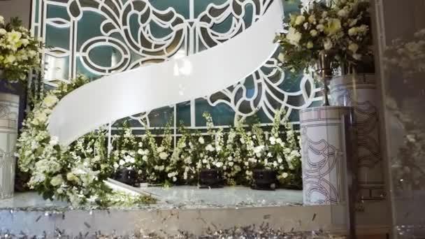 Interiér dekorace svatební síň. Krásné svatební sloužil tabulky
