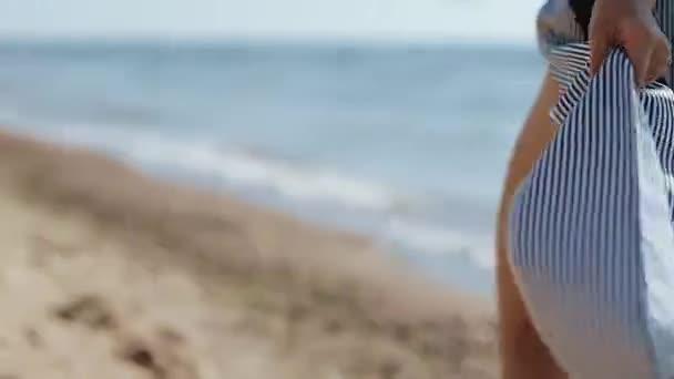 Vonzó lány élvezi a tenger partján a nyári vakáció boldog nap.