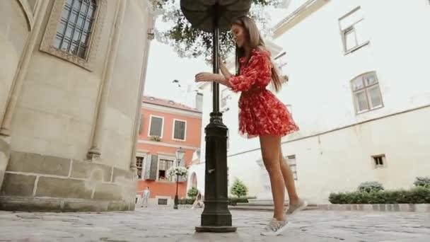 Charmante Mädchen haben Spaß auf der Straße der Altstadt am glücklichen Tag.