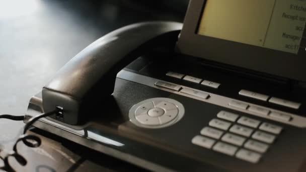 Anruf über Festnetz-Faxtelefon zu Hause oder im Büro.