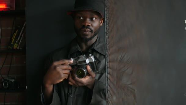 Mladí afričtí Američané fotografovat v interiérech.
