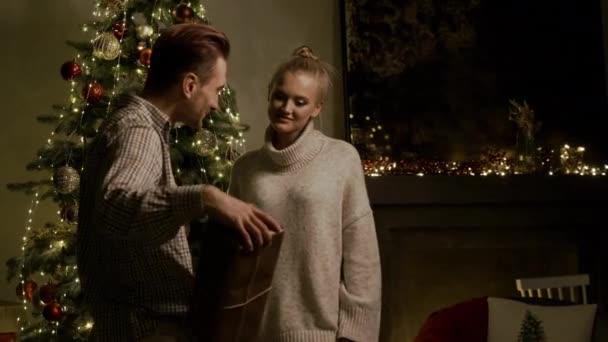 Nový rok. Guy dává dívce dárek.