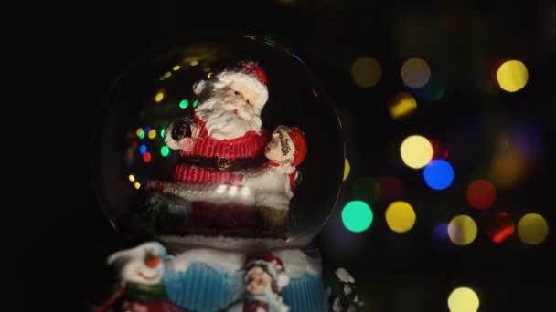Vánoční kouzelný ples se Santa a chlapec uvnitř.