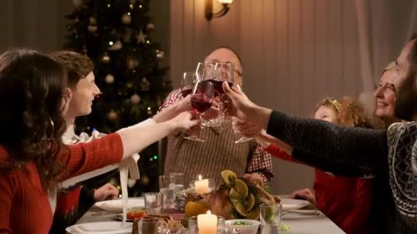 Nový rok. Rodina na sváteční večeři.