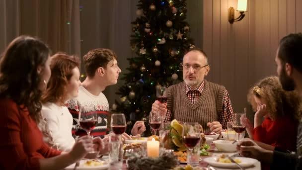 Neujahr. Familie beim Weihnachtsessen.