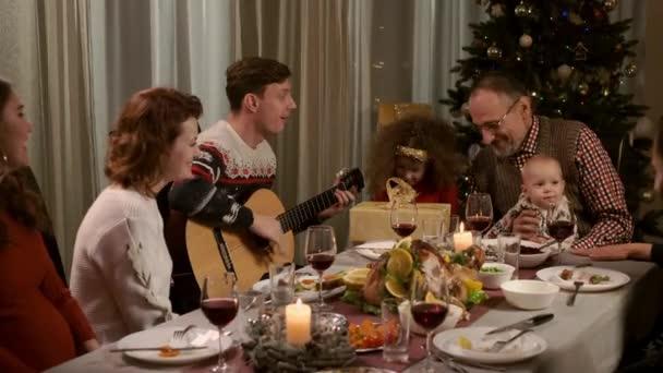 Nový rok. Rodinný koncept. Rodina u rekreačního stolu.