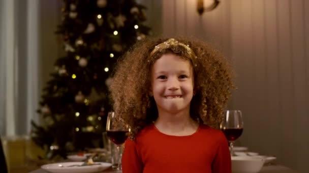 Novoroční prázdniny. Šestiletá kudrnatá dívka.
