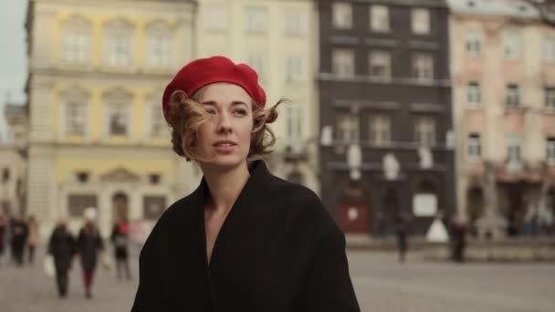Mladá žena stojící na City Street a dívající se někam.